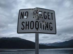 No target Shooting. Una señal que reza ese texto, atravesada por múltiples disparos. (Autor: Lar, via Wikimedia Commons)